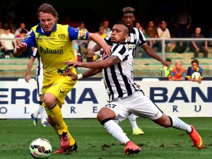 Juventus' Chilean midfielder Arturo Vidal (R) vies with Chievo Verona's French defender Nicolas Frey during the Serie A football match Chievo Verona vs Juventus at the Bentegodi Stadium in Verona on August 30, 2014. AFP PHOTO / GIUSEPPE CACACE        (Photo credit should read GIUSEPPE CACACE/AFP/Getty Images)